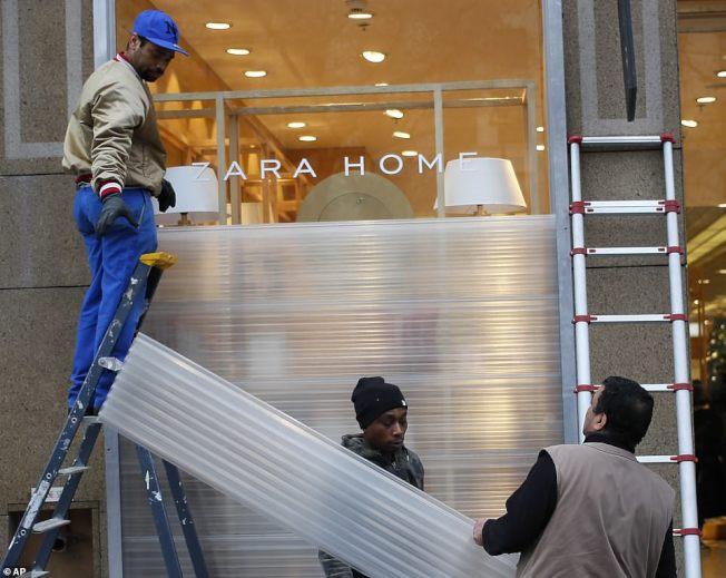 商家使用防護板保護櫥窗。美聯社