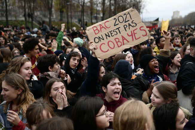 法國高中生7日高舉示威標語寫著「2021年領高中文憑,我們不當白老鼠。」抗議當局的教改讓大學之門變窄。Getty Images