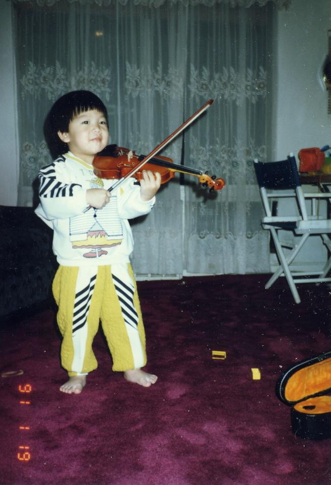 王光宇小時候練習小提琴的模樣。(王光宇提供)