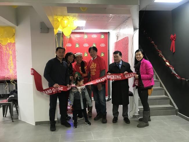 劉醇逸(左一起)、孟昭文、趙樣愛、趙汝義和顧雅明等為「法拉盛雪糕行」開幕剪綵。(記者牟蘭/攝影)