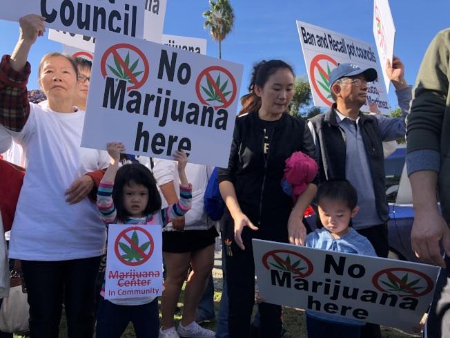 幾百名華裔民眾參加抗議。(記者王若然 / 攝影)