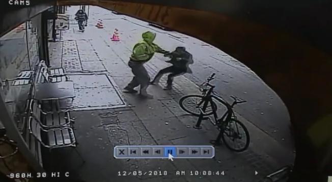 流浪漢趁勢將受害人推出馬路。(警方提供)