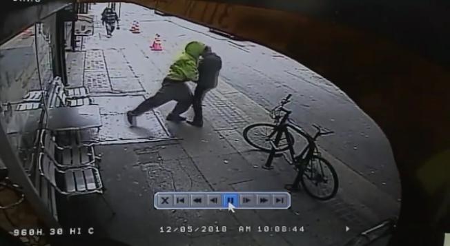 流浪漢突然衝撞路人,並趁機掏掉路人錢包。(警方提供)