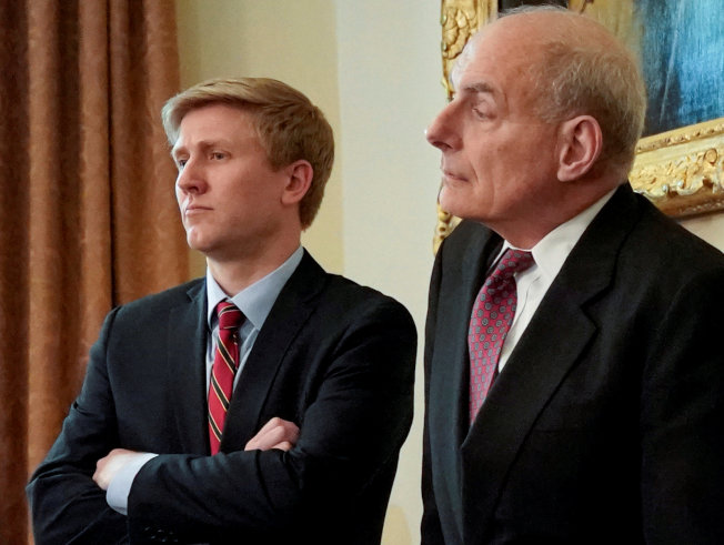 將在年底離職的白宮幕僚長凱利(右) 與外傳美國總統川普中意的幕僚長替代人選艾爾斯(左)。(路透)