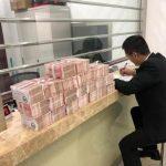 北京男子欠朋友錢8年   攜50斤現金還債
