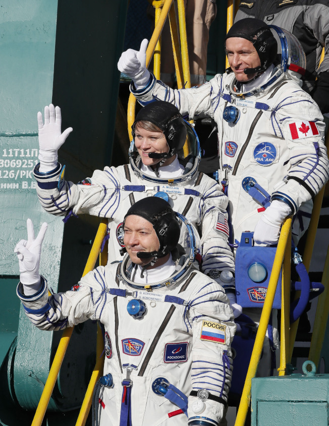 搭乘聯合號火箭抵達ISS的太空人,由上到下依序為加拿大籍的聖賈克(David Saint-Jacques)、美國籍的麥克林(Anne McClain)和俄國籍的柯諾年科(Oleg Kononenko)。(美聯社)
