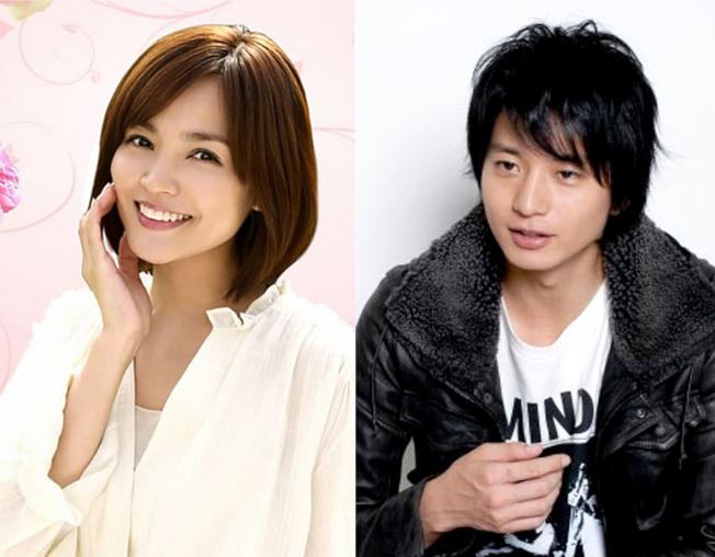 日本婚姻有女大男小的趨勢,影星向井理(右)就比同是明星老婆國仲涼子小。(取材自NHK)