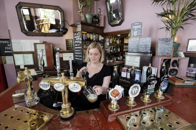 許多英國人過去習慣在酒吧社交,認識不同人。(美聯社)
