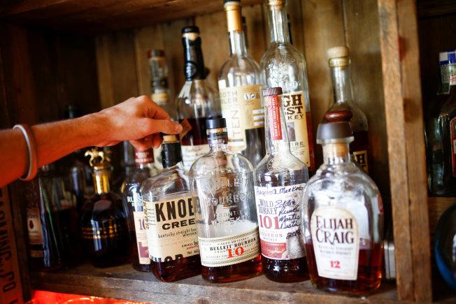 英國酒吧酒類價格提升,民眾減少消費後,酒吧陸續倒閉。(路透)