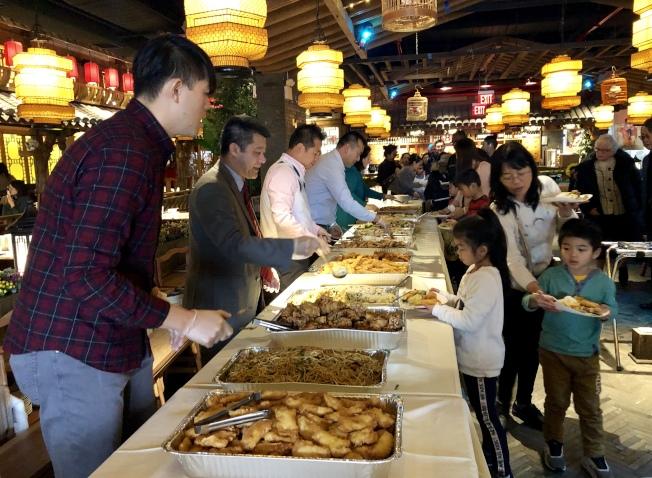 109分局和法拉盛華商會為小朋友們和家長準備了豐盛的美食。(記者朱蕾/攝影)