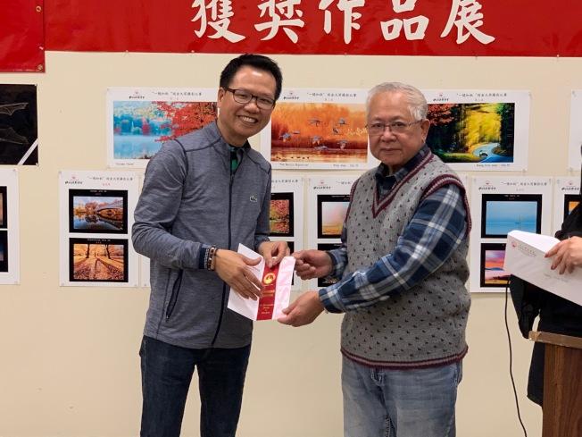 黃念全憑藉作品「秋之路」獲得二等獎。(記者和釗宇/攝影)