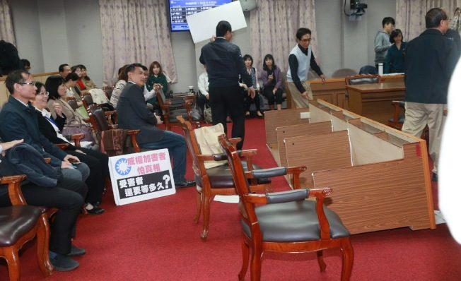 東廠事件後未全面改組 藍黨團杯葛促轉會 翻桌抗議