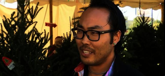 特納花6000元送100顆新鮮耶誕樹給100個家庭,鼓勵行善。(截自視頻)