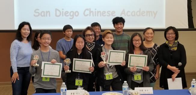 中華學苑學分班「中文詩詞朗誦比賽」B組得獎學生合影。(中華學苑提供)