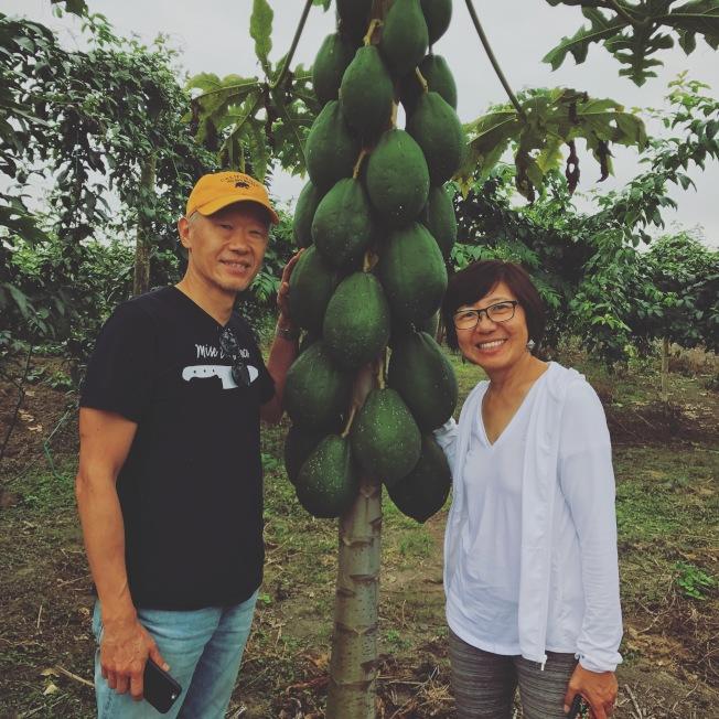 陳明泉(左)與鮑慧珊(右)夫婦在厄瓜多。(Sean Kelly提供)
