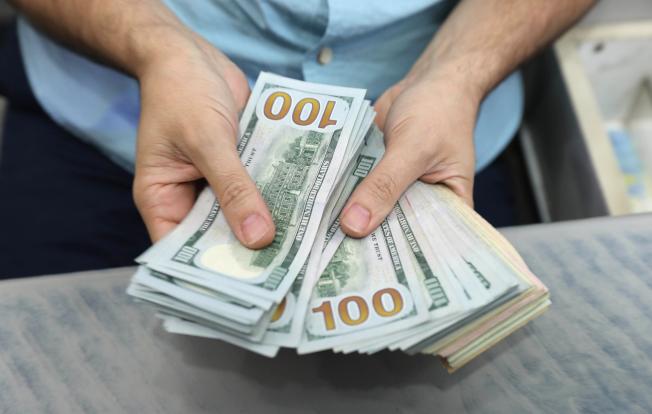 一名81歲老人為保護資產而將大部分積蓄轉入兒子名下代管,但在他有需要時兒子卻不肯給錢。(Getty Images)