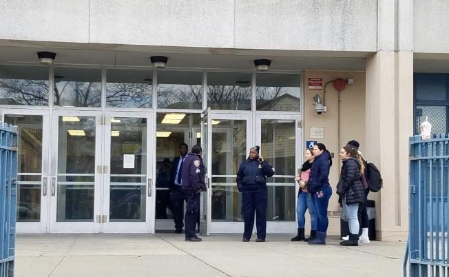 卡多索高中在11日中午解除封鎖。(記者朱蕾/攝影)