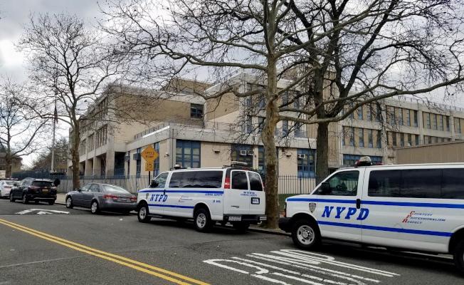 多輛警車停在卡多索高中校門外。(記者朱蕾/攝影)
