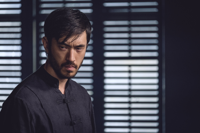 日裔演員Andrew Koji出演了李小龍原本希望自己出演的角色,在片中有很多精采武打戲分。(HBO提供)