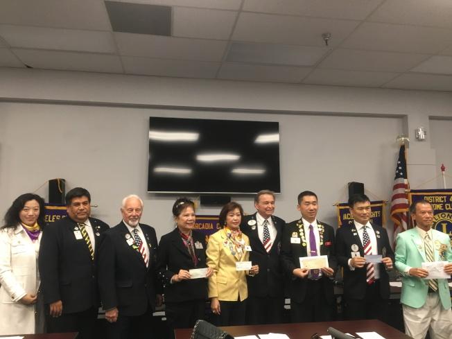 南加七個華人區獅子會舉行捐贈儀式,將捐款交給獅子會4-L2區的總監John Nelson。(記者謝雨珊/攝影)