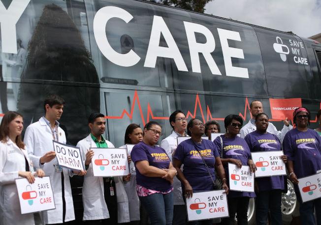 佛州醫生護士為搶救平價健保法走上街頭。(Getty Images)