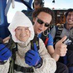 感人!102歲老婦為了這個原因高空跳傘 破世界紀錄