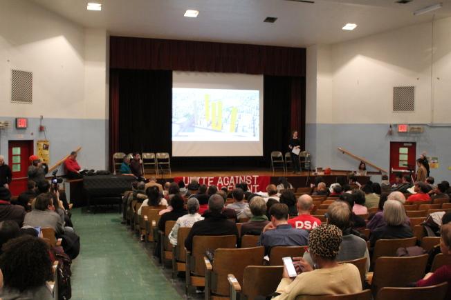 下東城鄰里組織和保護華埠/下東城聯盟召開里民大會,表示將對兩橋社區豪宅建案的內容提訴,並與市府抗爭到底。(記者張筠/攝影)