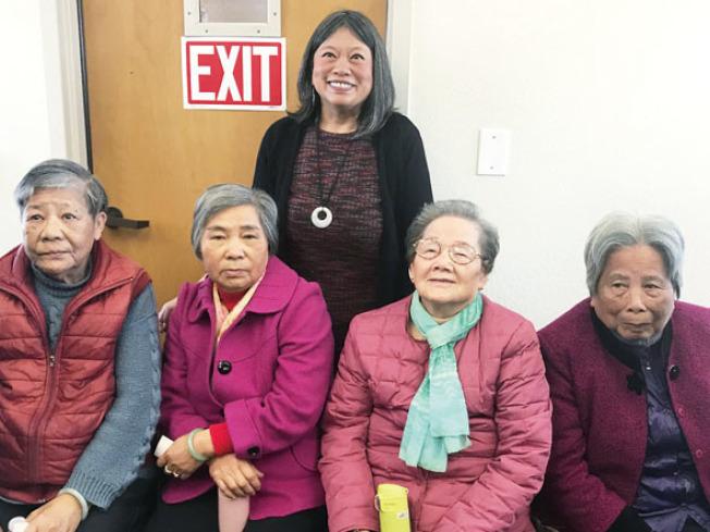 列治文區市議員李麗嫦與公寓內的年長住客喜迎華協中心接手管理。(記者李秀蘭/攝影)