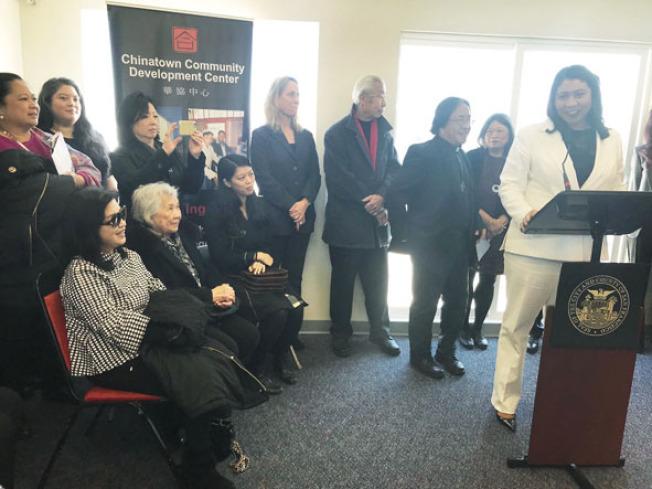 市長布里德參加列治文區新華埠散房公寓的交接儀式,李孟賢遺孀(前排左起)、母親及女兒列席。(記者李秀蘭/攝影)