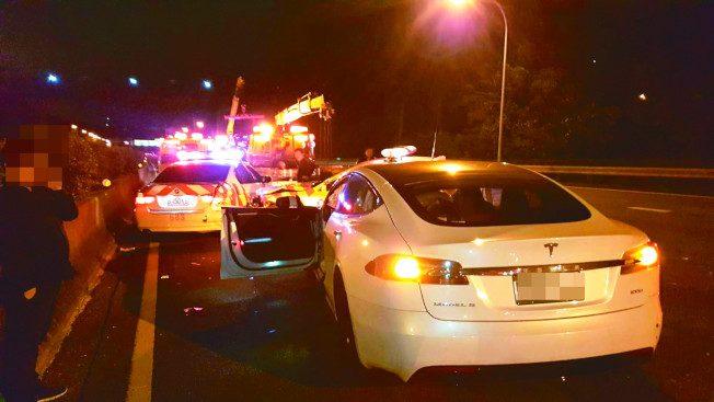 台灣首例 特斯拉自駕車撞警車 駕駛驚醒