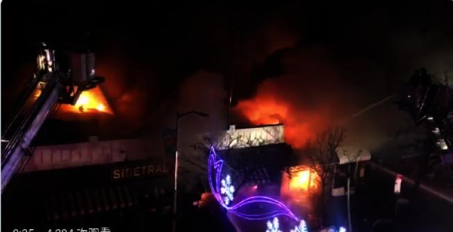 皇后區陽邊皇后大道交45街道一個餐廳13日發生五級大火。(視頻截圖)