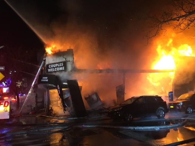 皇后區陽邊皇后大道交45街、46街13日凌晨發生五級大火。(取自FDNY推特)