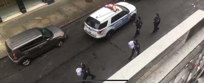 警方到達格蘭街現場後疏散民眾並封鎖街道。(讀者提供)