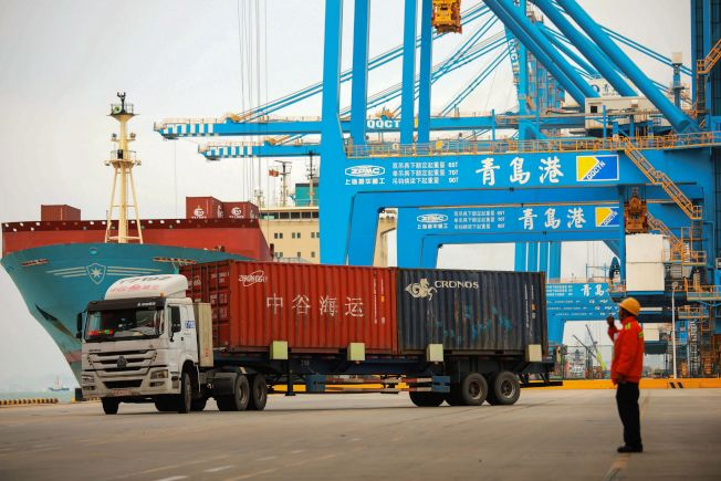 高盛預測,美中如期達成貿易協議的機會不大,美方加徵關稅似成定局。圖為中國進出口樞紐之一的青島港。(Getty Images)