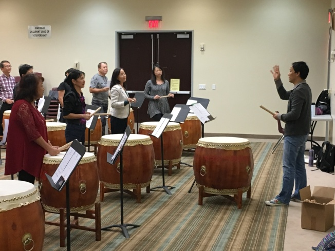 在專業老師的指導下,學員們首次上課就能打出不錯的節奏。(南海岸中華文化中心提供)