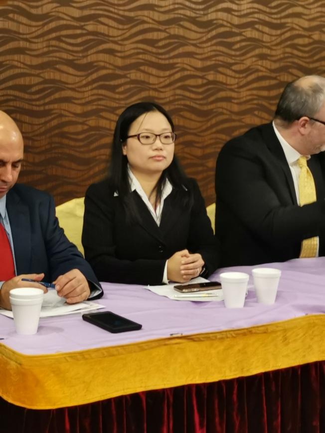 參與提告市府的華裔家長陳軼芳。(記者黃伊奕/攝影)