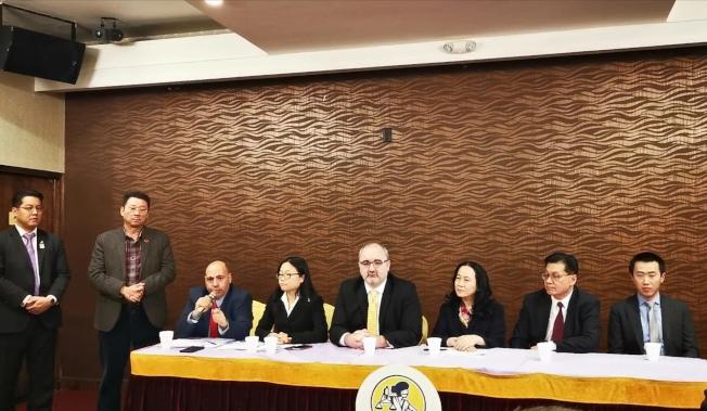 華裔家長以及多個社區組織,正式以探索項目危害亞裔學生權益控告市府。(記者黃伊奕/攝影)