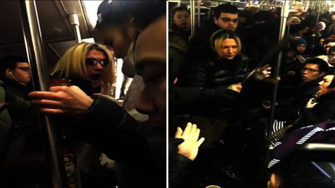 Anna Lushchinskaya(圖中金髮女子)在地鐵上攻擊一名華裔女子。(臉書截圖)