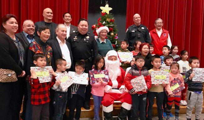 亞太裔治安論壇 送學童耶誕禮物