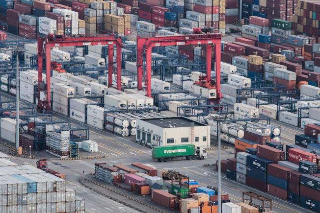 由於全世界需求放緩,中國的出口下滑,圖為上海洋山港貨櫃碼頭。(美聯社)