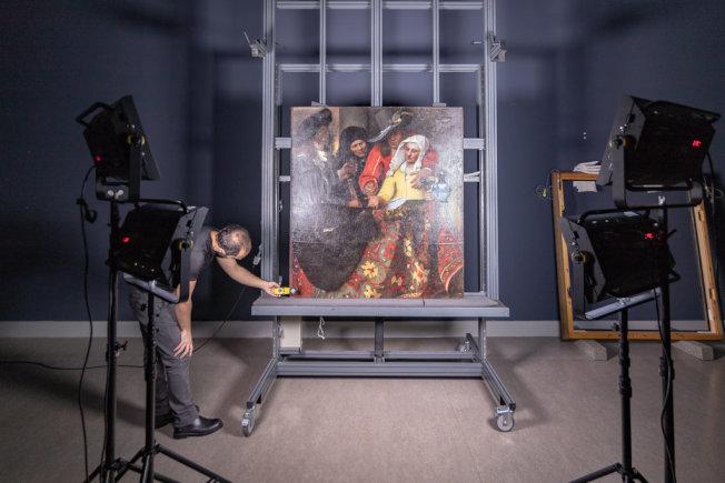 參與此計畫的所有博物館,拍攝並提供畫作的高解析度照片,圖中為收藏於德國歷代大師畫廊的維梅爾畫作「老鴇」。(取材自莫瑞泰斯皇家美術館與Google藝術與文化部門)