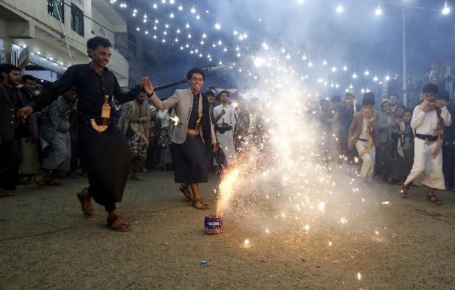 葉門雖遭戰爭蹂躪,但也有民眾放煙火狂歡,熱鬧慶祝婚禮。(歐新社)