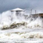 周日西海岸巨浪襲民眾切勿前往