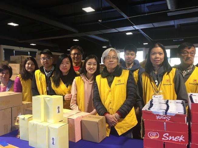 幫幫忙基金會與Foothill Unity Center15日共同在亞凱迪亞植物園,舉辦「低收入家庭佳節發放活動」。(鮑潘曉黛提供)