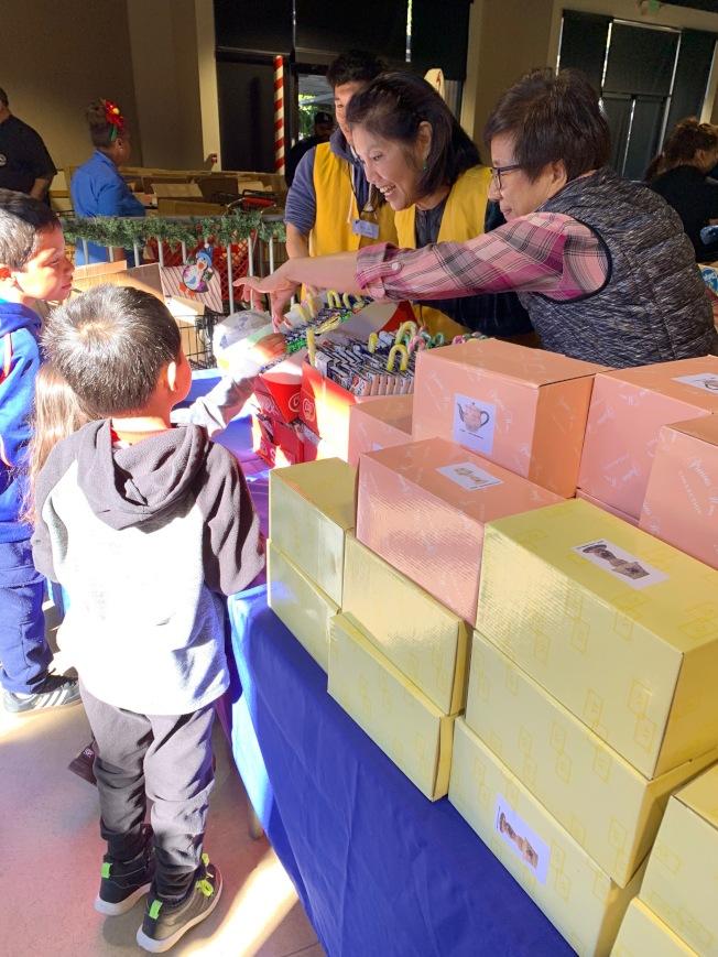 低收入家庭孩童獲取耶誕節禮品與食品物資。(鮑潘曉黛提供)