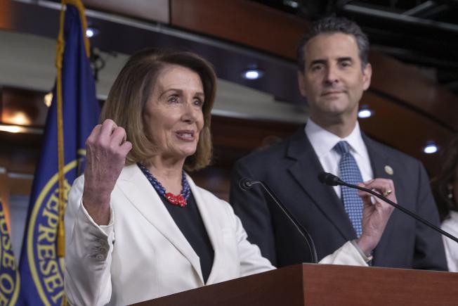 可望當選下屆國會眾院議長的波洛西(左)與民主黨議員矢言維護歐記健保。(美聯社)