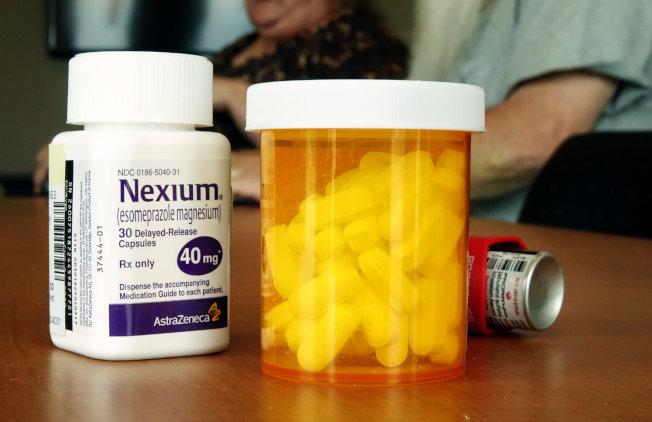 健保辯論再度成為兩黨尖銳對立的華府政治舞台焦點。圖為阿肯色州一家診所的醫師正與病患討論處方藥物。(路透)