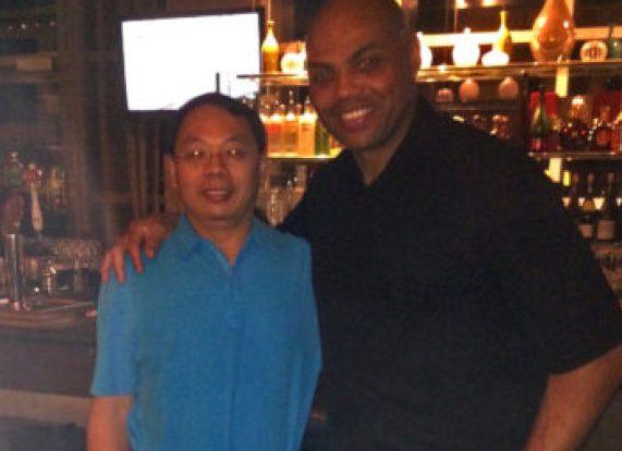 華裔科學家王琳(左)與NBA球星巴克利在酒吧中聊天,兩人成為莫逆之交。圖/王雪麗提供