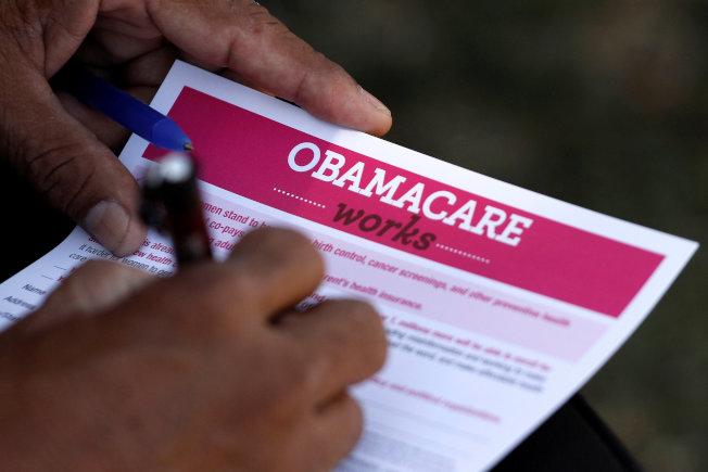 德州聯邦法官14日裁定「歐記健保」違憲無效,引起軒然大波,白宮與民主黨眾院都將抗爭到底。圖為投洛杉磯一名投保者正在填表申請「歐記健保」。(路透)