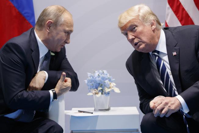 由參院主導的最新調查報告指出俄國用盡「假資訊」、「假新聞」及社媒平台,擾亂美國2016年大選,目的是要助川普當選,川普總統極力否認與俄國有關連。圖為2017年7月,川普總統與普亭總統在德國舉行的G20峰會上雙邊會談。(美聯社)